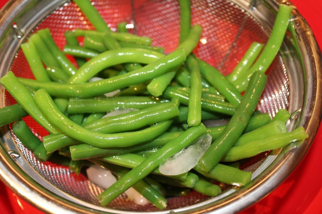 place-green-beans-in-colander